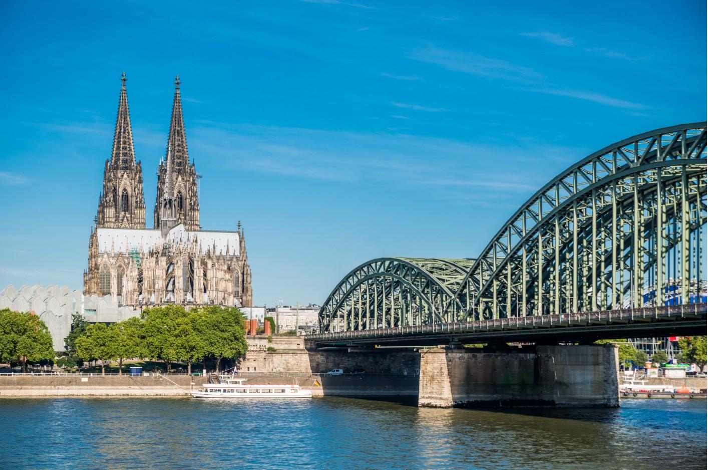 La ville de Cologne en bordure du Rhin