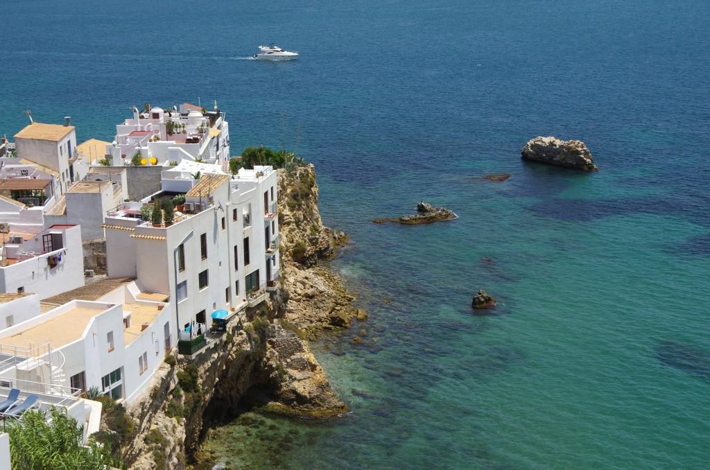 Village typique d'Ibiza surplombant la Méditerrané ( Baléares )