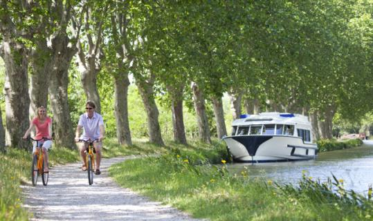 Un bateau de la compagnie Le Boat,  Canal du Midi