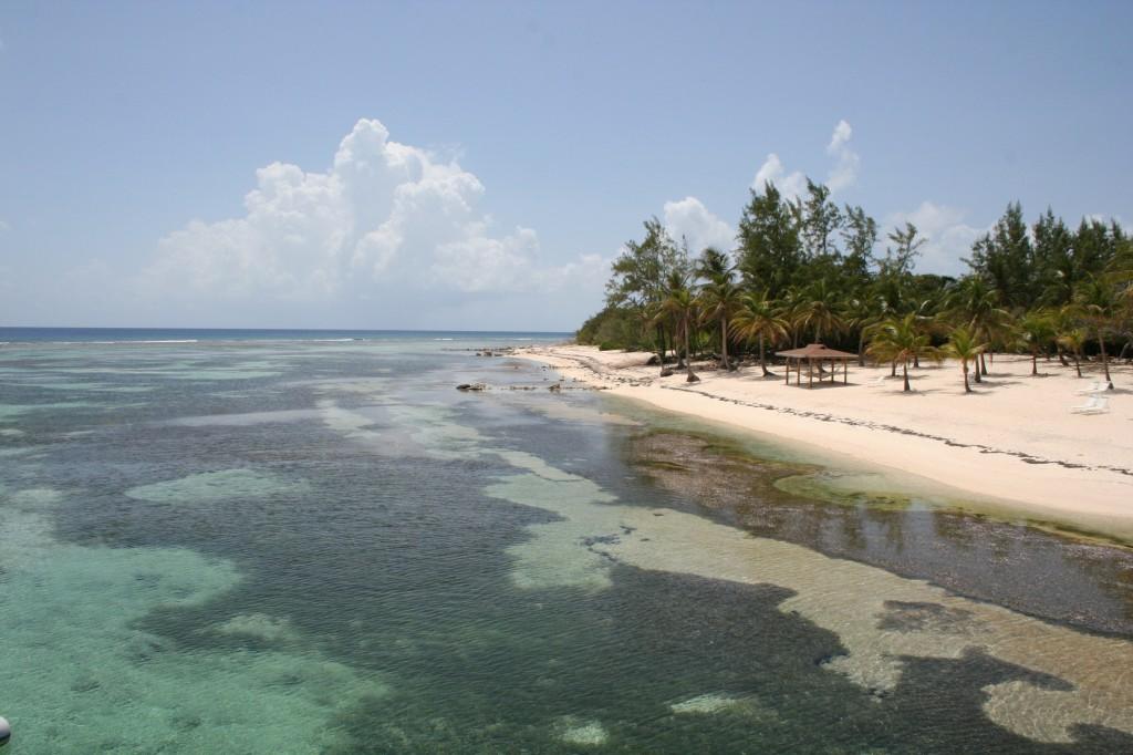 Tropical island beach, Ca¨man Brac, aux iles Caïman
