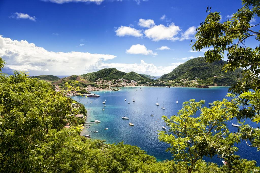 L'archipel des Saintes  se trouve  au sud /-sud-est de la Guadeloupe