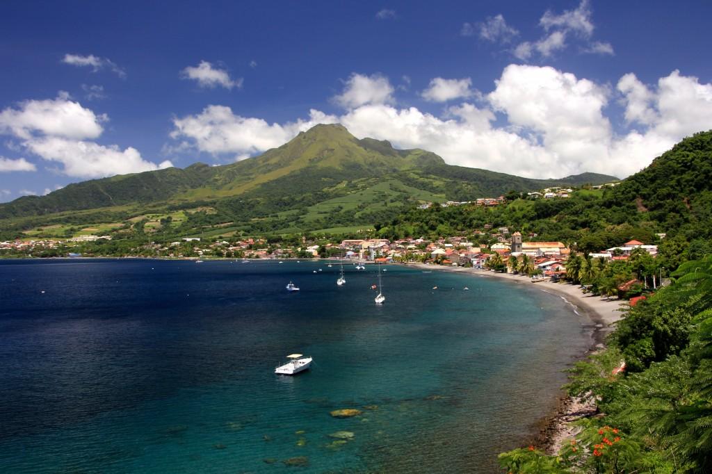 La ville de Saint-Pierre  avec la montagne Pelée en arriére plan, Martinique