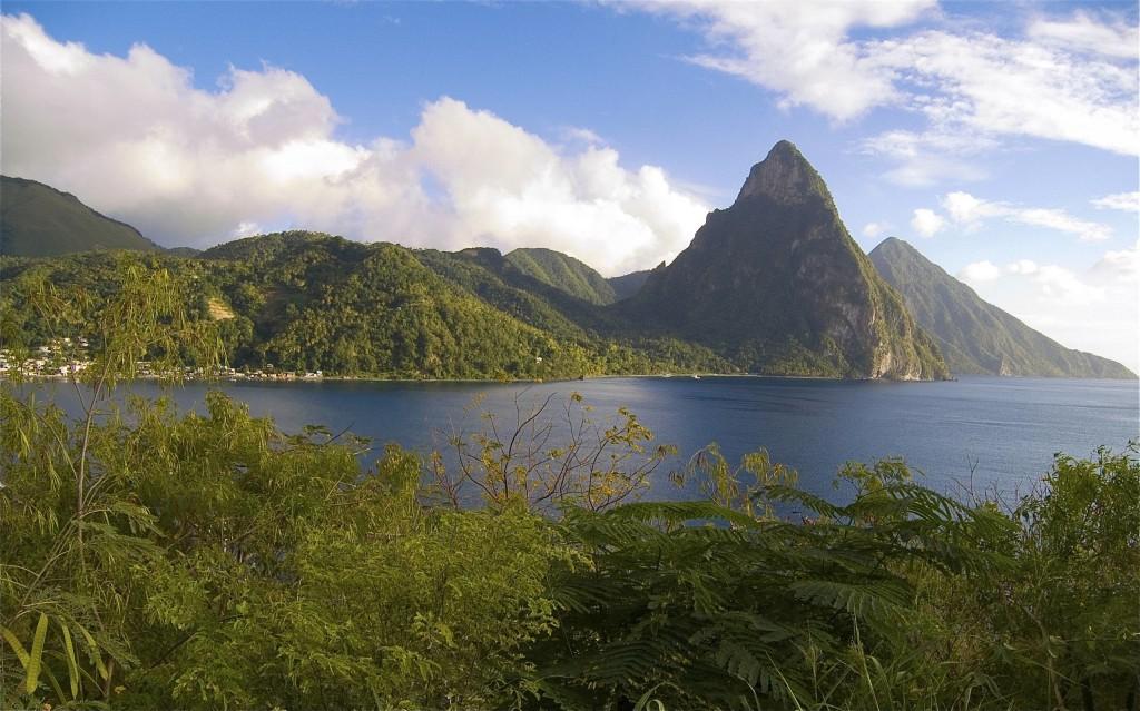 L'île  Sainte Lucie, offre des possibilités de plage et farniente,  l'emblème de Sainte-Lucie : Les pitons de Sainte-Lucie ensemble d'aiguilles volcaniques